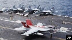 Máy bay phản lực F/A-18 Super Hornet của Hải quân Hoa Kỳ hạ cánh trên tàu sân bay chạy bằng năng lượng hạt nhân USS George Washington