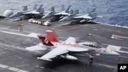 Máy bay chiến đấu F/A-18 Super Hornet trên boong tàu sân bay USS George Washington trong cuộc tập trận quân sự chung giữa Mỹ và Hàn Quốc trong vùng biển Hoàng Hải, phía tây nam Seoul, ngày 24/6/2012