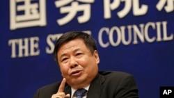 中国财政部副部长朱光耀被解除职务。图为他于2018年4月4日在国务院信息办召开的美中贸易问题记者会上讲话