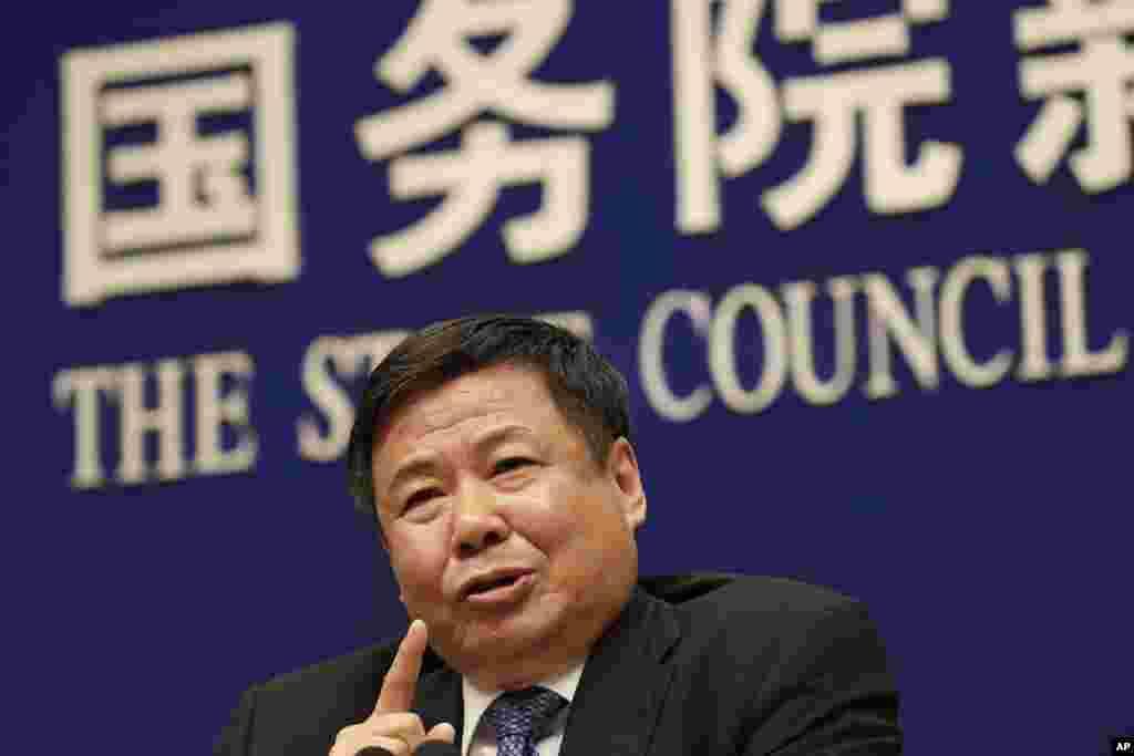 中国财政部副部长朱光耀2018年4月4日在国务院信息办召开的美中贸易问题记者会上讲话。6月初,美中两国2018年第三轮贸易谈判前夕,他被解除职务。朱光耀2010年5月出任财政部副部长,至今已有8年。其中大部分时间在财政部分管关税司、国际经济关系司、国际财金合作司,在中美贸易摩擦中一直扮演关键角色。他在被免职的当天还出席了中国国务院的一次新闻会,并强调中国最近宣布对一系列进口降低关税是中国主动作出的决定,不是美国施加压力的结果。