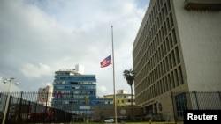 在飓风艾玛给古巴带来洪水和断电之后,美国驻古巴大使馆下半旗(2017年9月11日)
