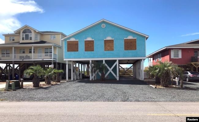 Casas preparadas para el huracán Flores con ventanas cubiertas con paneles de madera en Holden Beach, Carolina del Norte. Sept. 9 de 2018.