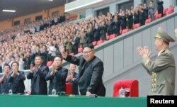 북한 김정은 국무위원장이 28일 5월1일경기장에서 열린 청년동맹 제9차대회 경축 횃불야회를 참관했다.