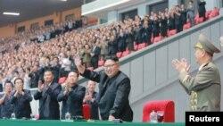 북한 김정은 국무위원장이 지난달 평양 5월1일경기장에서 열린 청년동맹 제9차대회 경축 횃불야회를 참관했다. (자료사진)