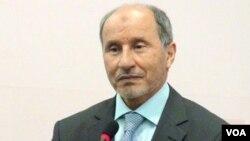 Mustafa Abdel Jalil mengumumkan keputusan pembubaran milisi-milisi hari Sabtu (30/7).