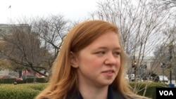 原告費舍爾(Abigail Fisher)在美國最高法院前接受採訪 (美國之音楊晨拍攝)