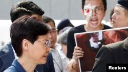 مظاہرین ہانگ کانگ کی سربراہ کے استعفے کا بھی مطالبہ کر رہے ہیں۔