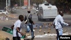 Echauffourées entre forces de l'autre et opposants à Harare, Zimbabwe, 26 août 2016.