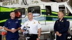 El jefe del Rescate Aéreo de Miami-Dade, Antonio Hernández, habla con los reporteros sobre la llegada a Estados Unidos de inmigrantes cubanos a bordo de balsas.