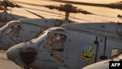 美军海鹰直升机奔往海地救灾