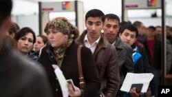 Emigrantët duke pritur në radhë në një qendër emigracioni në Sakharovo, rreth 60 kilometra pranë Moskës