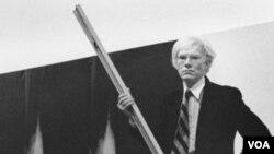 Andy Warhol sa svojim djelima nazvanim Sjene
