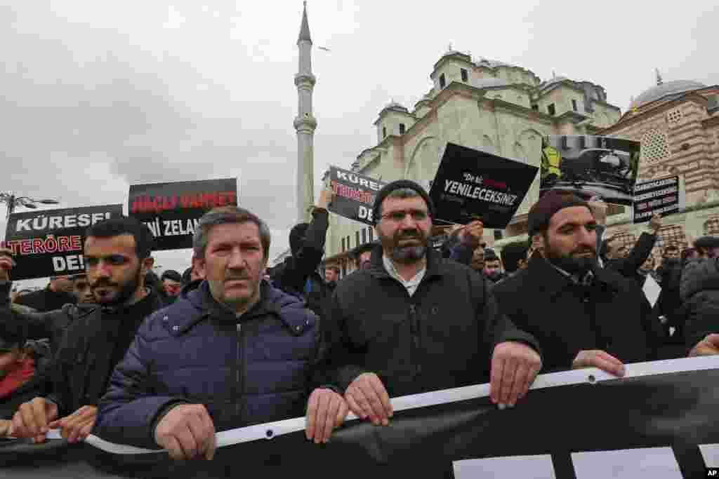 新西兰清真寺枪击案发生后,伊斯坦布尔民众走上街头谴责仇恨和不公的行为。(2019年3月15日)