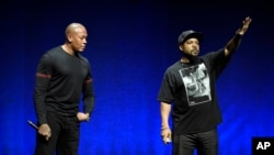 Los fundadores del grupo gangsta rap, N.W.A. Dr. Dre, left, and Ice Cube, serán ingresados al Salón de la Fama del Rock and Roll el 8 de abril de 2016.