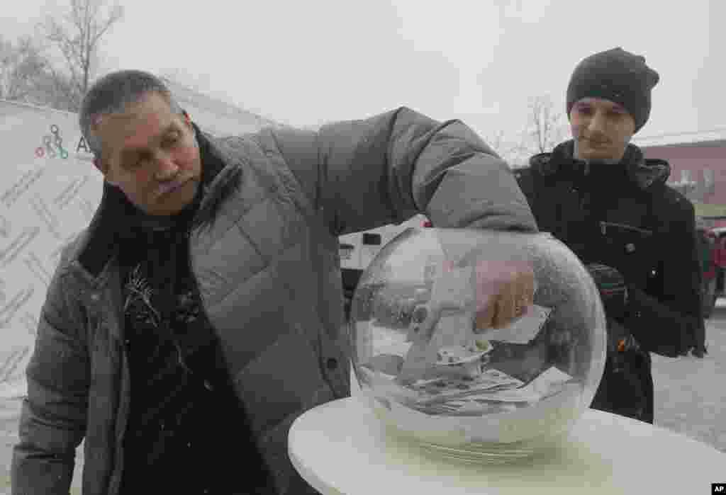 Les gens prennent des préservatifs gratuits dans le centre de santé à Kiev, en Ukraine, le 1er décembre 2016.