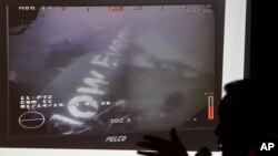 新加坡海军提供的照片显示在爪哇海海底的坠毁客机残骸