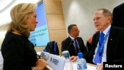 지난 17일 스위스 제네바에서 열린 유엔 북한인권 조사위 보고에서, 일레인 도나휴 제네바 주재 미국 대사(왼쪽)가 마이클 커비 조사위원장과 대화하고 있다.