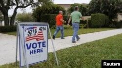 Para calon pemilih berjalan menuju TPS untuk mengikuti pemilihan pendahuluan di Boca Raton, Florida (15/3).