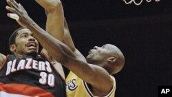 Jerome Kersey, à droite, tente de bloquer Rasheed Wallace de Lakers de Los Angeles au cours d'un match de playoffs de la NBA, le 25 avril1997 à Inglewood, Calif. (AP Photo/Mark J. Terrill)