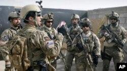 Un miembro de las fuerzas especiales afganas da instrucciones a soldados tras un ejercicio de entrenamiento en las afueras de Kabul.