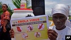 Seorang perempuan Liberia memegang pamflet mengenai panduan bagaimana mencegah Ebola dari penyebarannya di kota Monrovia, Liberia.
