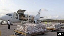 Lương thực cứu trợ của Chương trình Lương thực Thế giới (WFP) được dỡ xuống tại sân bay Mogadishu, ngày 27/7/2011