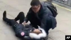 Một trong những người bị thương do ô tô lao lên hè ở Thượng Hải, 2/2/2018.