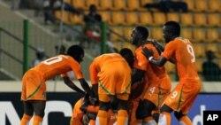 Les joueurs ivoiriens célèbrent leur but contre le Burkina Faso lors de la CAN 2012 à Malabo