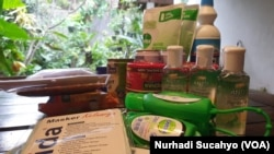 Masker dan sabun cuci tangan menjadi belanjaan wajib masyarakat Indonesia akhir-akhir ini. (Foto: Nurhadi Sucahyo/VOA)