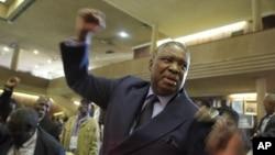 Owake waba ngumsekeli kaMongameli weZimbabwe uMnu Phelekezela Mphoko, yena odingwa ngamapholisa phezu kwecala lenkohlakalo.