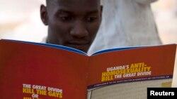 在乌干达首都坎帕拉一个市民在阅读乌干达的宪法。 (资料照片)