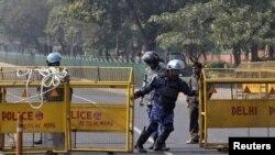نئی دہلی میں سکیورٹی اہلکار ایک اہم شاہراہ کو بند کررہے ہیں