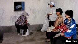 지난 2005년 북한 황해북도 은파군 식량배급소에서 주민들이 식량을 배급받고 있다. 당시 북한을 방문한 유엔 산하 세계식량계획(WFP) 직원이 촬영한 사진이다. (자료사진)