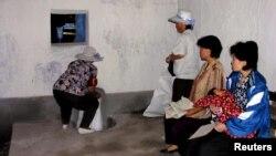 지난 2005년 7월 북한 황해북도 은파군 식량배급소에서 주민들이 식량을 배급받고 있다. 당시 북한을 방문한 유엔 산하 세계식량계획(WFP) 직원이 촬영했다. (자료사진)