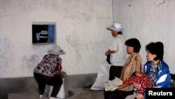 지난 2005년 7월 북한 황해북도 은파군 식량배급소에서 주민들이 식량을 배급받고 있다. 당시 북한을 방문한 유엔 산하 세계식량계획(WFP) 직원이 촬영한 사진이다.