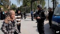 Polisi Tunisia menjaga ketat museum nasional Bardo di Tunis, Kamis (19/3).