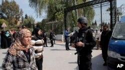 Cảnh sát Tunisia canh gác trước viện bảo tàng Bardo ở Tunis.