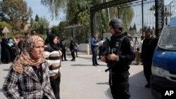 테러가 발생한 튀니지 튀니스 국립박물관 앞에서 19일 경찰이 경계근무를 서고 있다.