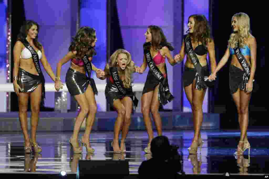 واکنش دختر شرکت کننده از ایالت لوییزیانا، اپریل نیلسون، به انتخاب خود برای مرحله بعد انتخاب دختر شایسته آمریکا ۲۰۱۶ .
