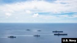美国海军的尼米兹号和里根号航空母舰组成的双航母战斗群7月6日在南中国海航行。(美国海军提供)