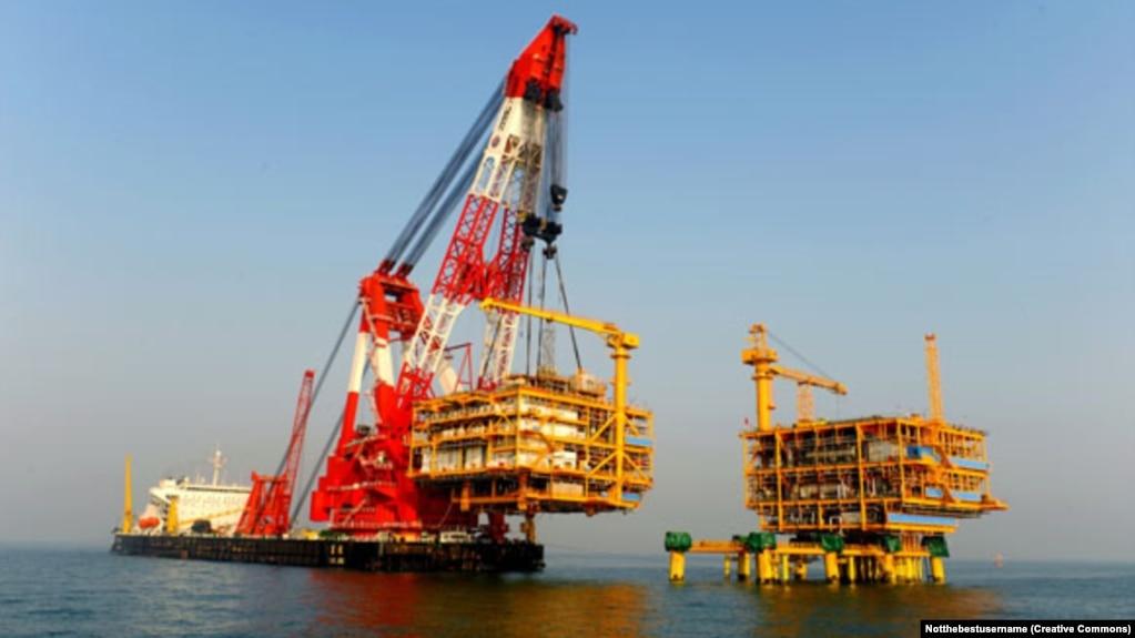 Lam Kình là tàu cẩu lớn nhất trên thế giới của Trung Quốc, chuyên làm nhiệm vụ cẩu và đặt những thiết bị rất nặng như các giàn khoan dầu khí.