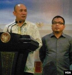 Sekjen Transparency International Indonesia Teten Masduki dan Wamenkumham Denny Indrayana (kanan) memberikan keterangan seusai dialog dengan Presiden Yudhoyono.