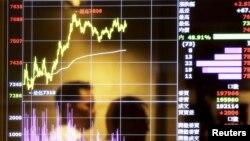 Màn hình hiển thị giá thị trường chứng khoán tại một trung tâm môi giới ở Đài Bắc.