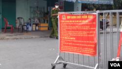Một chốt kiểm soát ở Tp. Hồ Chí Minh, tháng 9/2021. Photo VOA.