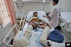 Un médecin prodiguant des soins à un blessé dans un hôpital de Sanaa