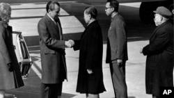 1972年2月21日中国总理周恩来在北京机场欢迎美国总统尼克松