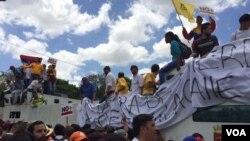 """Con gigantescos carteles que dicen entre otras cosas """"Unidos sí se puede"""", los venezolanos salieron a las calles. 1 de abril de 2017. Foto: Álvaro Algarra / VOA."""