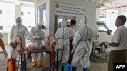 လႈိင္ၿမိဳ႕နယ္ရွိ Quarantine စင္တာမွာ COVID-19 စစ္ေဆးဖုိ႔ ျပင္ဆင္ေနတဲ့ က်န္းမာေရးဝန္ထမ္းမ်ား။ (ဇူလုိင္ ၁၆၊ ၂၀၂၀)