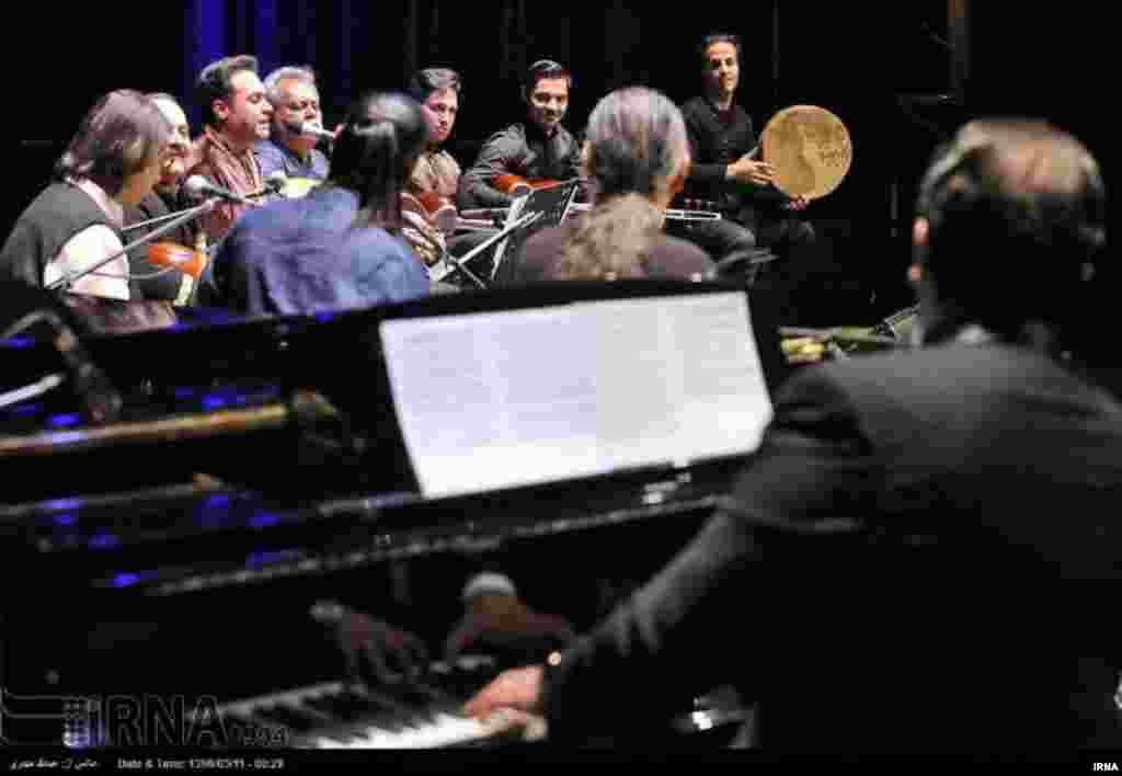 کنسرت گروه وزیری با نوازندگی کیوان ساکت و خوانندگی وحید تاج در تالار وحدت برگزار شد. عکس: عبدالله حیدری