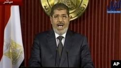 6일 텔레비전 연설 중인 무함마드 무르시 이집트 대통령.
